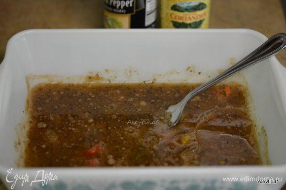 Приготовим маринад: выжать сок лайма, добавить кориандр, масло, соль, зелень и перец черный.