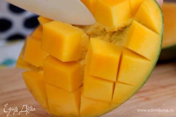 Нарезать манго.