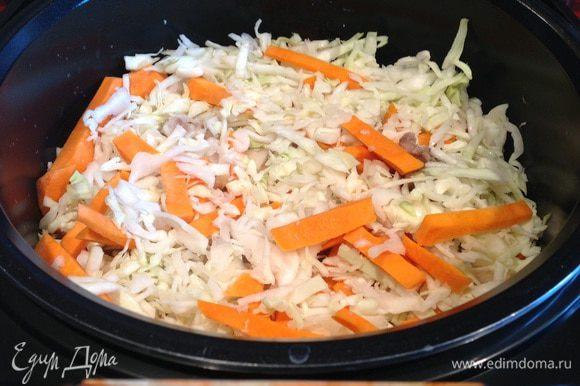 Cверху выложите морковь и капусту, закройте и готовьте до окончания программы.