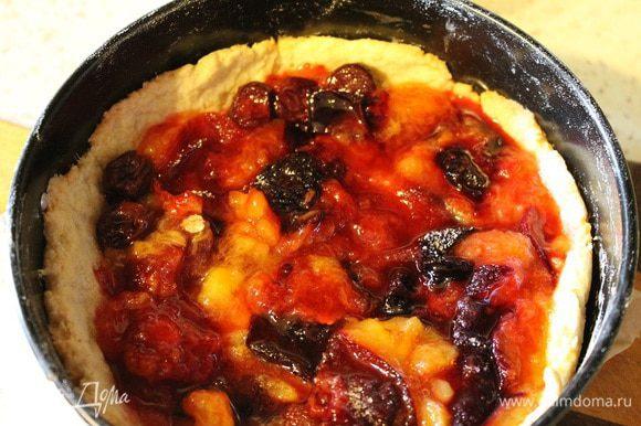 На слегка пропеченное тесто выложить геркулес, оставшийся сахар (25 г), потом сливы и опять отправить в духовку на 10 минут.