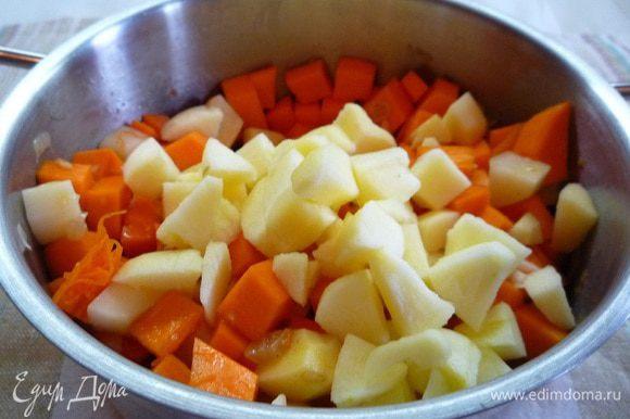 Добавляем к моркови тыкву, картофель и перчик, перемешиваем, затем добавляем яблоко и заливаем кипятком так, чтобы вода еле покрывала наши овощи. Закрываем крышкой и тушим 30 минут.