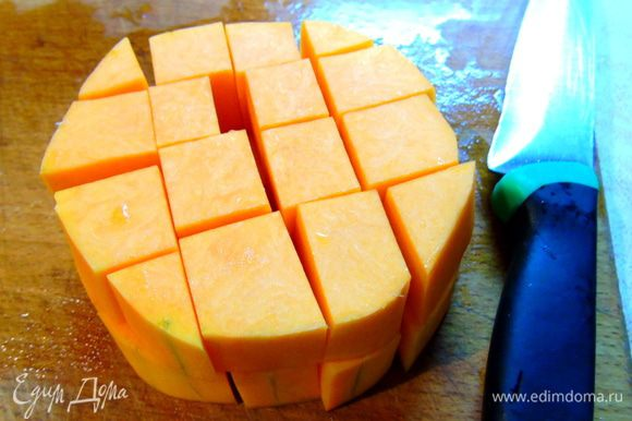 Тыкву нарежьте кубиками, как картофель будет почти готов, добавьте тыкву. Приправы, соль, перец и вустерширский соус. Перемешайте, и готовьте минут 10 до мягкости тыквы.