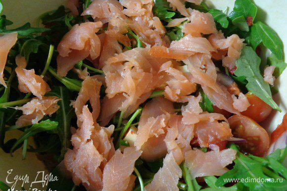 Все ингредиенты салата перемешать. Сверху выложить тонко-порезанный лосось.