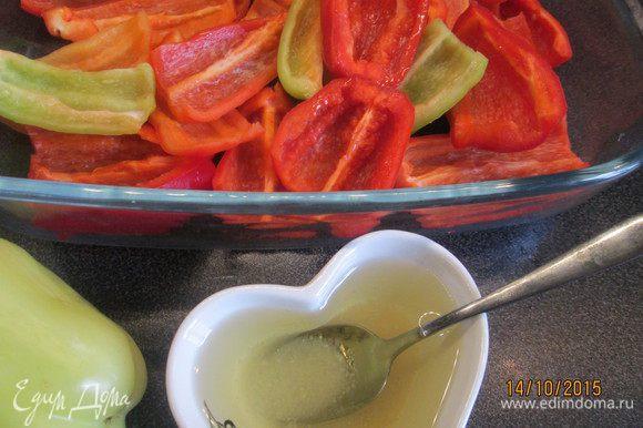 Разрезаем перцы на 4 части. Приготовим маринад из соли, сахара, оливкового масла и уксуса. Замаринуем перцы, оставив их в маринаде на 30 минут.