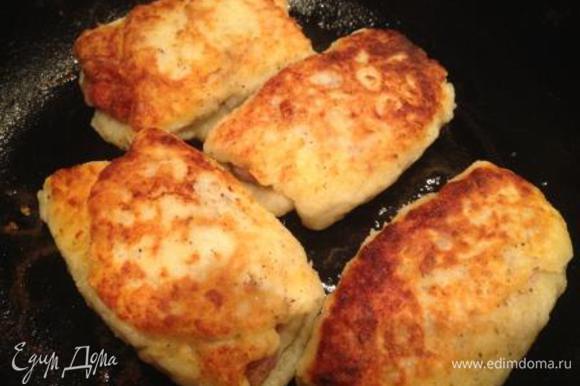 Обжарить с 2-х сторон на сковороде, смазанной маслом, до румяной корочки.