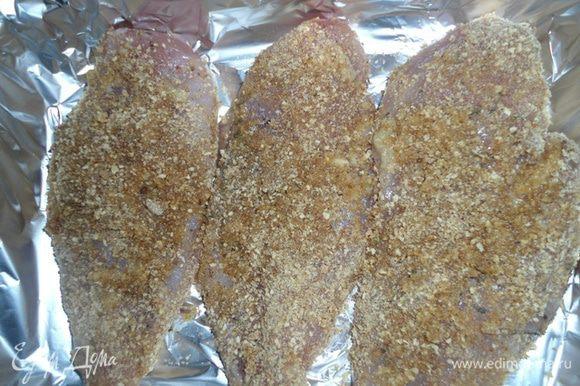 Обмакнуть мяско в растопленное масло, потом в сухари и сразу выложить на противень, застеленный фольгой. Смазывать фольгу не нужно. И поставить в разогретую духовку на 20 минут.