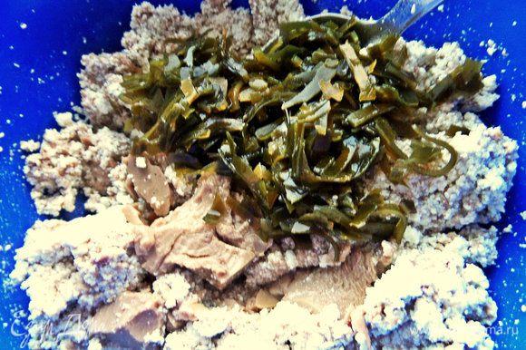 В творог добавляем печень и капусту. Капусту можно немного нарезать.
