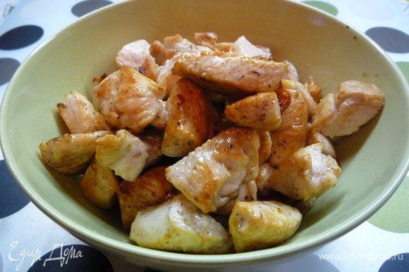 В сковороде разогреваем растительное масло и со всех сторон обжариваем филе индейки до готовности. Затем выкладываем из сковороды в чашку.