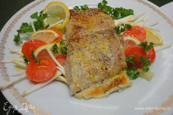 Подавать с любимыми сырыми или отварными овощами, зеленью, лимоном, сбрызнув все оливковым маслом.