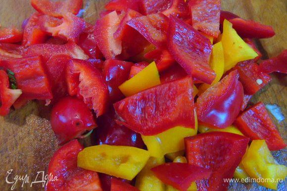 Перец очистите от семян и нарежьте кусочками.