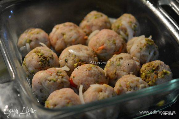 Сформировать в небольшие шарики. Выложить в смазанное маслом блюдо для запекания или на противень. Выпекать в духовке 18-20 минут или до готовности фрикаделек.