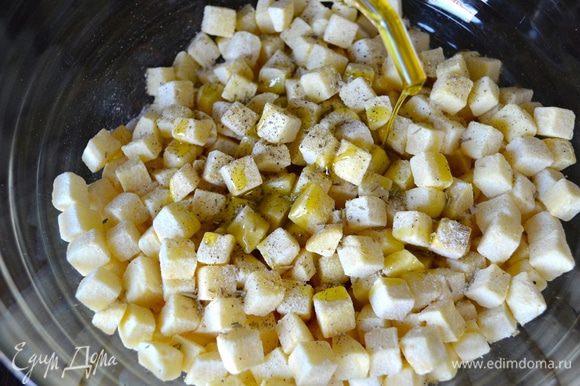 Картофель очистить и нарезать одинаковыми небольшими кубиками. Выложить в миску, положить специи (по вкусу), посолить, поперчить и сбрызнуть маслом.
