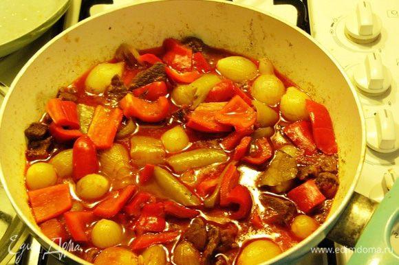 Тушить еще 15-20 минут. Пока вы будете сервировать стол, мясо еще постоит и напитается ароматами. А ароматы будут сказочными!