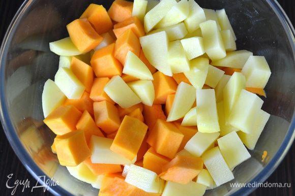 Подготовить овощи. Тыкву (у меня половина тыквы среднего размера) и картофель очистить и нарезать кубиками. Лук очистить и нарезать. Также кусочками порезать куриное филе.