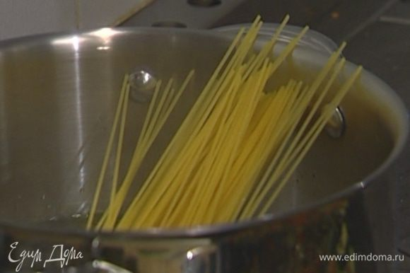 Спагетти отваривать в подсоленной воде на минуту меньше, чем указано на упаковке, затем воду слить, немного сохранив.