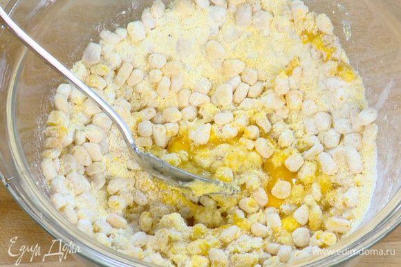 К консервированной кукурузе добавить поленту, муку, яйцо, посолить, поперчить и перемешать.