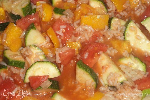 Добавить к рису цуккини и перец, томатную пасту, кусочки консервированных помидорок, перемешать, тушить под крышкой ещё 5 минут.