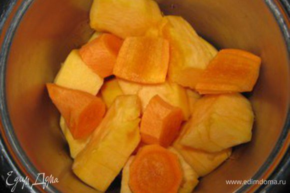 В кастрюльку наливаем куриный бульон, кладем кусочки тыквы, очищенную и нарезанную морковь. Ставим на огонь и варим 15 минут.