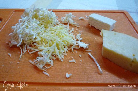 Сыр натереть на мелкой терке (я взяла кусочек твердого сыра и половинку плавленного сырка), добавить яйцо, панировочные сухари, посолить по вкусу. В зависимости от того, какие сухарики вы будете использовать для сырных шариков — ржаные или из белого хлеба, будет изменяться и привкус супа.