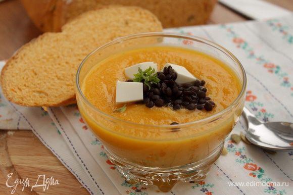 Разлить суп по тарелкам, добавить кусочки феты, добавить чечевицу и украсить зеленью. Яркий, сытный, полезный и вкусный суп готов!