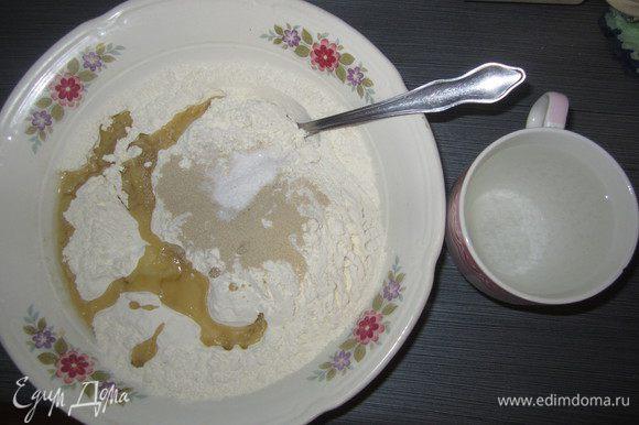 Из муки, дрожжей, соли, масла и теплой воды 250 мл, замесить тесто и дать ему подойти 1 час.