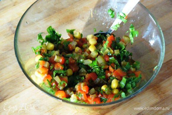 Смешать нарезанные овощи, зелень, кукурузу в отдельной миске, добавив немного оливкового масла.
