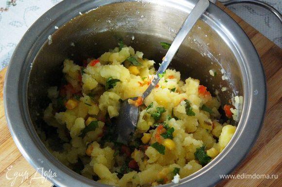 Половину овощной смеси добавить в картофельное пюре. По вкусу приправить лимонным соком (я использовала половину лимона), оливковым маслом, посолить.