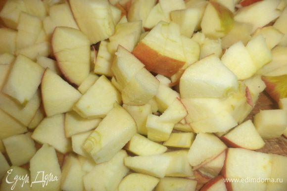 Репчатую луковицу нарезать полукольцами. Яблоко, удалив сердцевину, нарезать ломтиками и сбрызнуть лимонным соком.