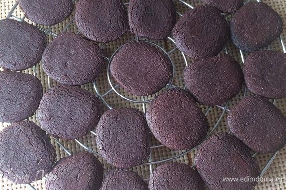 Вынуть из духовки и дать печенью остыть минут 5, затем переложить на решетку и охладить полностью.