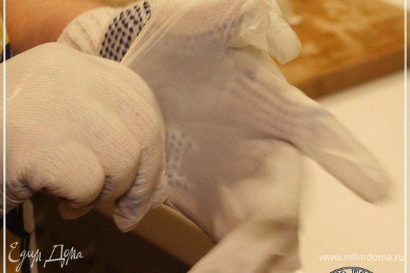 Пока нагреваем воду до 85 градусов, очень советуем одеть двойную перчатку. Нитяную и поверх резиновую.