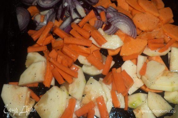 Противень смазать оливковым маслом, выложить овощи, сбрызнуть оливковым маслом, посолить, поперчить и запекать 20 минут при температуре 180°С.
