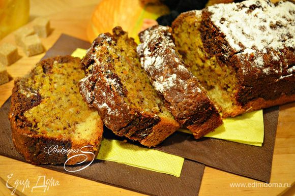 Готовому кексу дать остыть в форме, затем переложить на тарелку и посыпать сахарной пудрой. Приятного вам аппетита!
