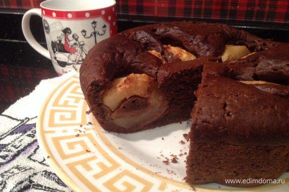 Дайте пирогу остыть в форме, потом извлеките. Приятного чаепития!!