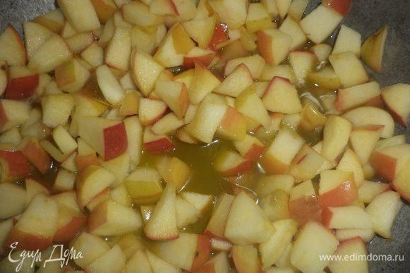 На сковороде растопить сливочное масло, выложить нарезанные яблоки, добавить сахар и обжаривать яблоки 5 минут.