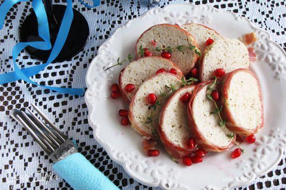 Готовый рулет нарезать кружками и подавать на завтрак, на ужин или на обед. Приятного аппетита!!
