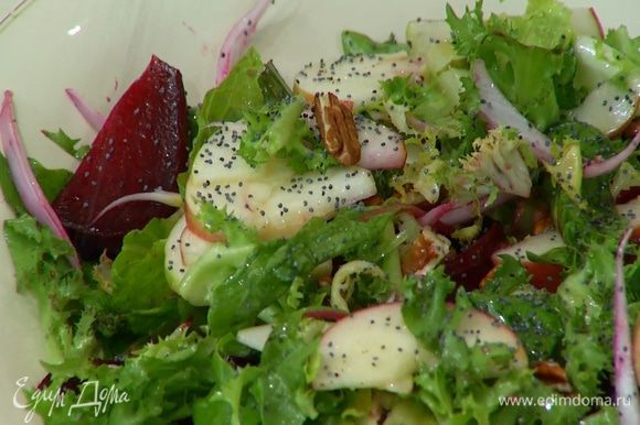 Выложить салат на тарелку и присыпать маком.