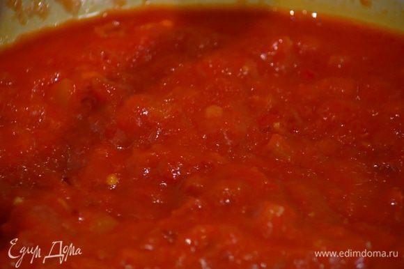 Приготовить соус: разогреть в сковороде оливковое масло, выложить лук, чеснок, чили и томатную пасту, перемешать и обжаривать все 3–4 минуты. Добавить помидоры, посолить, еще раз перемешать и прогревать на среднем огне, пока соус не загустеет.
