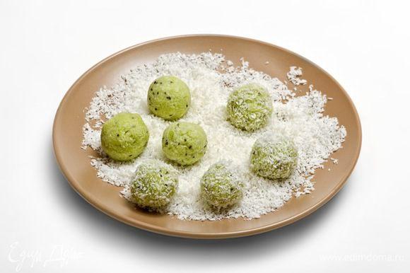Из полученной массы сформировать небольшие шарики, обвалять их в кокосовой стружке.