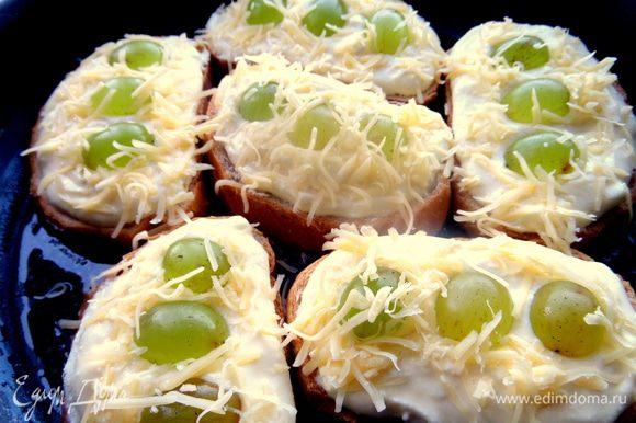 Верх посыпать тертым сыром, но не обязательно, просто мы так любим! Нужно примерно 3 ст. л.