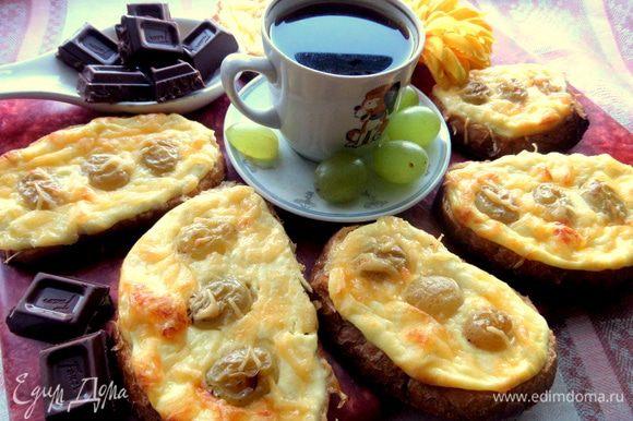 Подаем с кофе на завтрак в горячем виде.