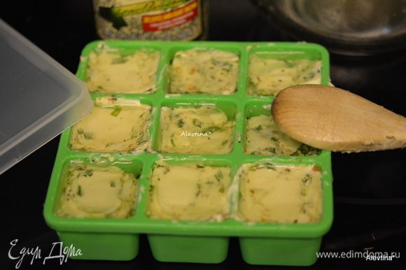 Выложить в мини-контейнеры или можно просто на бумагу для выпечки или пищевую пленку. Можно использовать обертку от масла, подогнать в размер ее. Я в контейнеры долила по 1 ч.л. оливкового масла. Можно добавить любое другое ароматное масло, если используете контейнер. Поставить в морозильник на сутки.