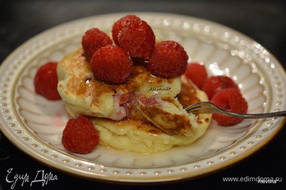 Подаем с кленовым сиропом и ягодами по желанию. Приятного аппетита.