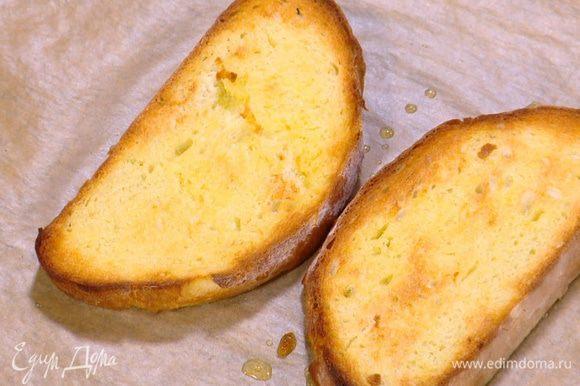 Противень выстелить бумагой для выпечки, выложить хлеб, сбрызнуть его с двух сторон оливковым маслом и отправить под гриль.