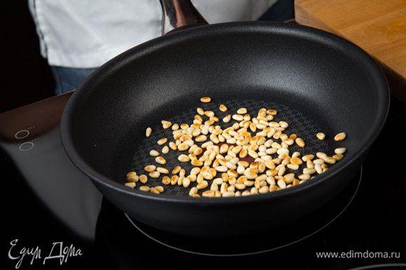 Все кедровые орехи обжарить на сухой сковороде.