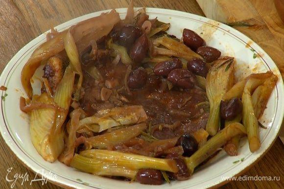 Готовое мясо с овощами выложить на подогретую тарелку и подавать с соусом.