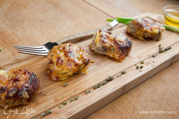 Запекаем мясо при 180°С 20 минут. Подавать с тушеными овощами. Приятного аппетита!