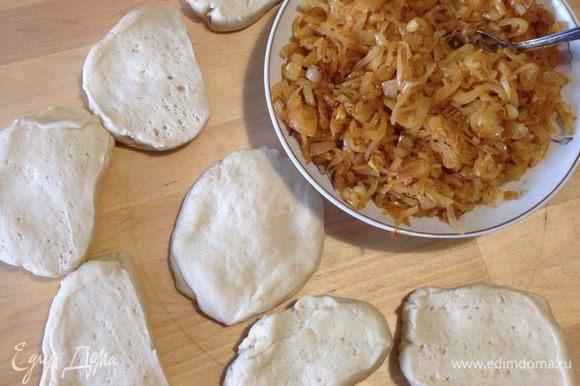 Тесто разделить на 6 частей и раскатать каждый кусок теста по размеру формы, в которой будете выпекать пирог.