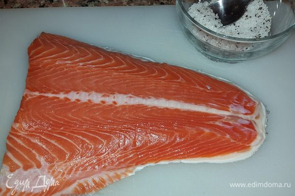 Филе лосося из хвостовой части промыть и обсушить бумажным полотенцем. Соль, сахар и перец соединить и перемешать.