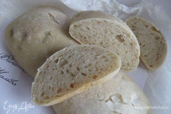 Разогреть духовку до 250 градусов. Выпекать с паром. Противни (один — для хлеба, другой — для воды) оставить в духовке во время разогревания духовки. Стенки духовки сбрызнуть из пульверизатора. Вынуть после разогрева противень для чиабатты, застелить его бумагой для выпечки, перенести заготовки с полотенца на противень. В нижний противень налить (аккуратно, пар!) примерно 300 мл кипятка. Выпекать при температуре 250 градусов в течение первых 15 минут, затем убавить температуру до 200 градусов и выпекать еще 15-20 минут, затем вставить в дверку духовки деревянную ложку (ручку деревянной лопатки), чтобы образовалась небольшая щель (необходимо избавиться от излишков пара и создать вентиляцию для того, чтобы образовалась хрустящая корочка) и еще дать чиабатте пропечься 3-5 минут. При постукивании по нижней части хлеба должен быть пустой звук. Можно оставить в выключенной духовке на решетке, покрытой бумагой для выпечки, еще минут на 7-10. В любом случае следите за временем — духовки у всех разные. Вынуть, положить на решетку до полного остывания. Приятного аппетита!