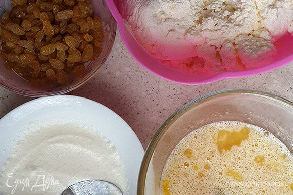 Залить манку молоком. Дать постоять минут 15-20. Залить изюм и цукаты горячей водой, не кипятком. Дать постоять 15 минут.